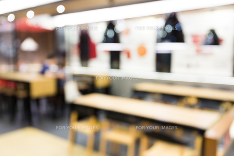 Coffee shop blur background with bokehの写真素材 [FYI00772327]