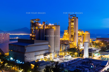 Cement Plant and power complex at eveningの写真素材 [FYI00772354]