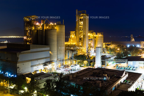 Cement factory at nightの写真素材 [FYI00772368]