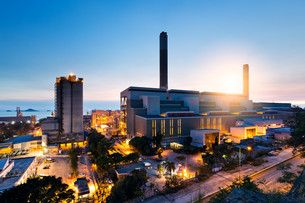 Industrial plant in Hong Kong during sunsetの写真素材 [FYI00772372]