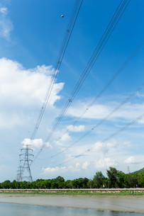 Electrical transmission tower at day timeの写真素材 [FYI00772376]