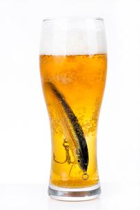 fishing bait wobbler in glass with beerの写真素材 [FYI00772418]