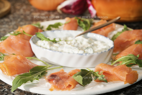 starter of smoked salmon with cream cheeseの写真素材 [FYI00772434]