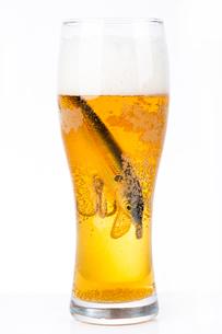 fishing bait wobbler in glass with beerの写真素材 [FYI00772438]