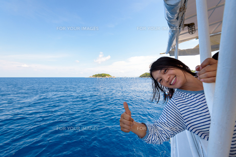 Tourist woman traveling by boatの素材 [FYI00772457]