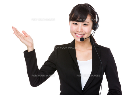 Call center operator with hand showing somethingの写真素材 [FYI00772560]