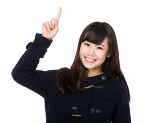 Asian young woman with finger point upの素材 [FYI00772623]