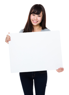 Asian woman show with white posterの写真素材 [FYI00772628]