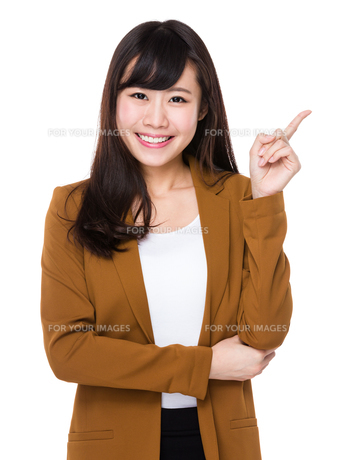 Asian young businesswoman with finger point upの素材 [FYI00772704]