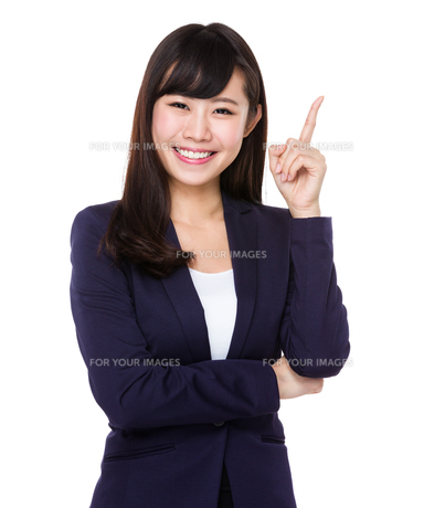 Asian young businesswoman with finger point upの素材 [FYI00772716]