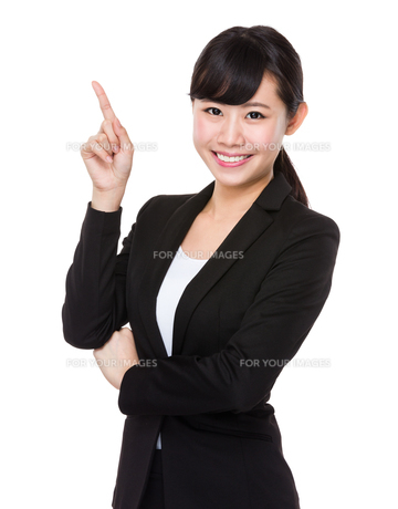 Young businesswoman with finger point upの素材 [FYI00772747]