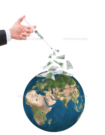 hand holding syringe filled with currencyの写真素材 [FYI00772767]