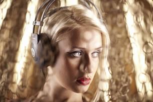 Blonde model with headphonesの写真素材 [FYI00772875]