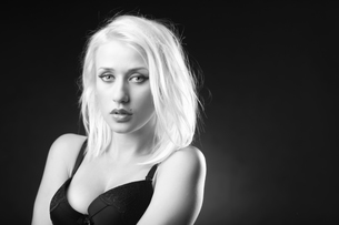 Blonde model in black and white pictureの写真素材 [FYI00772879]
