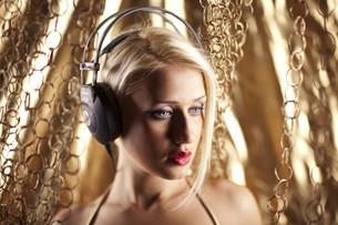 Blonde girl with headphonesの写真素材 [FYI00772886]