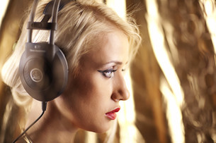 Beautiful model with headphones shoot from one side.の写真素材 [FYI00772895]
