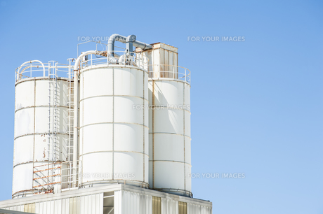 White silos for limeの写真素材 [FYI00772906]