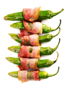 Grilled jalapenos wrapped in bacon,Grilled jalapenos wrapped in baconの写真素材 [FYI00772953]