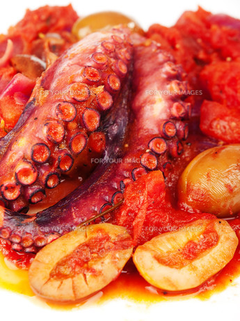 Octopus with tomato sauce and olives,Octopus with tomato sauce and olivesの写真素材 [FYI00772988]