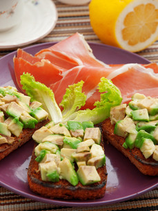 Avocado toasts with prosciutto,Avocado toasts with prosciutto,Avocado toasts with prosciutto,Avocado toasts with prosciuttoの写真素材 [FYI00773121]