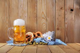bavarian pretzels with beerの写真素材 [FYI00773131]