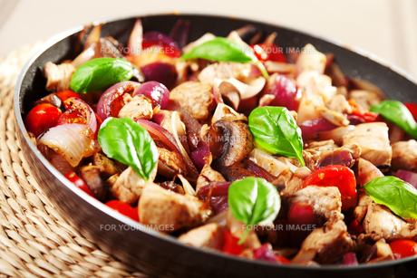 Chicken with onion and cherry tomatos,Chicken with onion and cherry tomatos,Chicken with onion and cherry tomatos,Chicken with onion and cherry tomatosの写真素材 [FYI00773202]