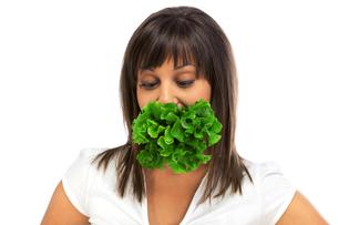 Young woman eating fresh saladの写真素材 [FYI00773253]