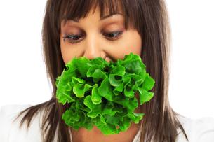 Young woman eating fresh saladの写真素材 [FYI00773268]