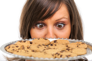 Young woman with homemade cookiesの写真素材 [FYI00773270]