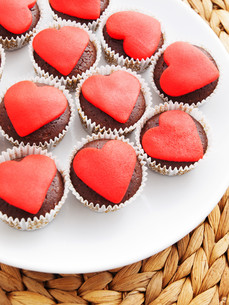 Chocolate muffins with red heart on topの写真素材 [FYI00773490]