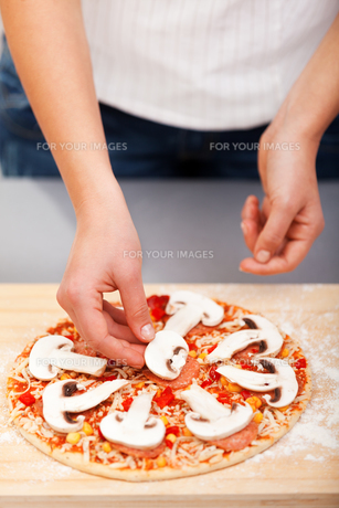 Young woman preparing pizza,Young woman preparing pizza,Young woman preparing pizza,Young woman preparing pizza,Young woman preparing pizza,Young woman preparing pizza,Young woman preparing pizza,Young woman preparing pizza,Young woman preparing pizza,Youの素材 [FYI00773514]
