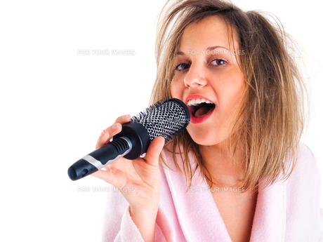 Woman singing with hairbrushの写真素材 [FYI00773539]