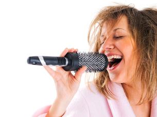 Woman singing with hairbrushの写真素材 [FYI00773554]