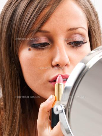 Applying make-up,Applying make-up,Applying make-up,Applying make-upの素材 [FYI00773566]