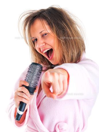 Woman singing with hairbrush,Woman singing with hairbrushの写真素材 [FYI00773575]