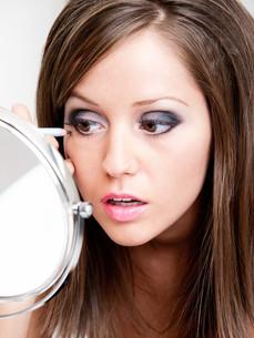 Applying make-up,Applying make-up,Applying make-up,Applying make-upの素材 [FYI00773576]