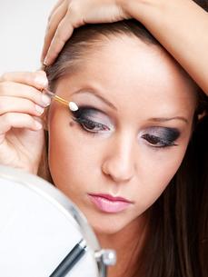 Applying make-up,Applying make-up,Applying make-up,Applying make-upの素材 [FYI00773578]