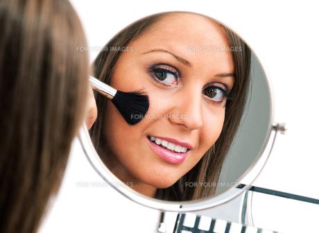 Applying make-up,Applying make-upの素材 [FYI00773580]