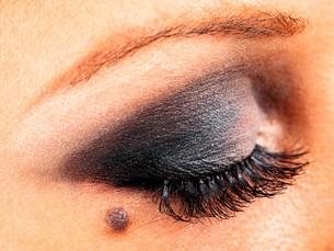 Applying make up,Applying make upの写真素材 [FYI00773587]