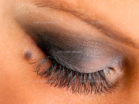 Applying make up,Applying make upの写真素材 [FYI00773588]