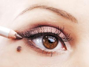 Applying eye make-upの写真素材 [FYI00773610]
