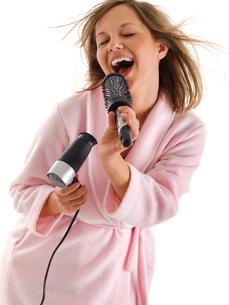 Woman singing with hairbrush,Woman singing with hairbrush,Woman singing with hairbrush,Woman singing with hairbrushの写真素材 [FYI00773639]