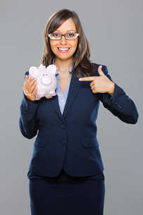 Businesswoman with piggy bankの写真素材 [FYI00773786]