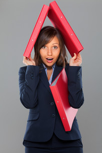 Businesswoman holding foldersの写真素材 [FYI00773791]