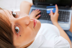 Young woman shopping online,Young woman shopping online,Young woman shopping online,Young woman shopping onlineの写真素材 [FYI00773806]
