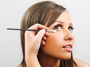 Applying make-up,Applying make-up,Applying make-up,Applying make-upの素材 [FYI00773817]