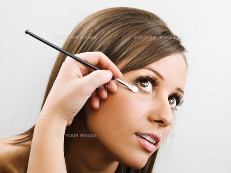 Applying make up,Applying make upの素材 [FYI00773824]