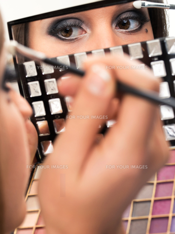 Applying make up,Applying make upの写真素材 [FYI00773831]