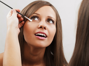 Applying make-up,Applying make-up,Applying make-up,Applying make-upの素材 [FYI00773846]