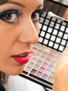 Applying make up,Applying make upの写真素材 [FYI00773848]